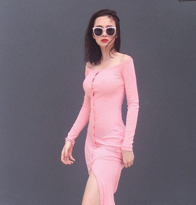 chiếc đầm cotton màu hồng với phần trễ vai gợi cảm