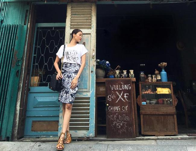 Vị HLV The Face Việt Lan Khuê diện áo thun trắng