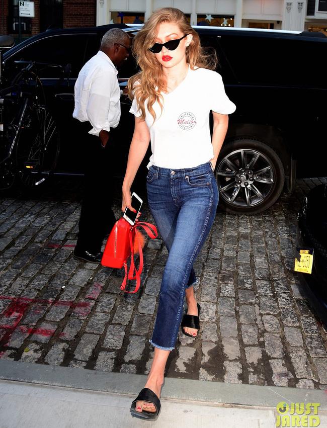 chỉ áo thun quần jeans cùng son đỏ  cũng đủ để sành điệu