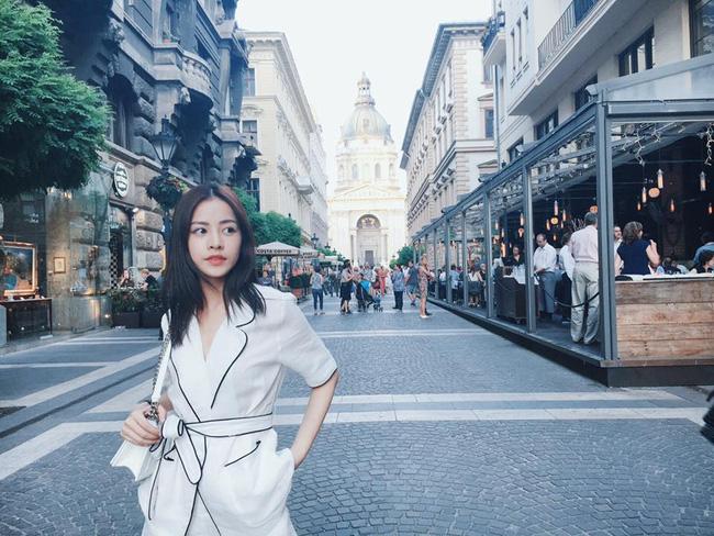 nổi bật với bộ cánh tuyền màu trắng được cách tân từ trang phục pyjama.