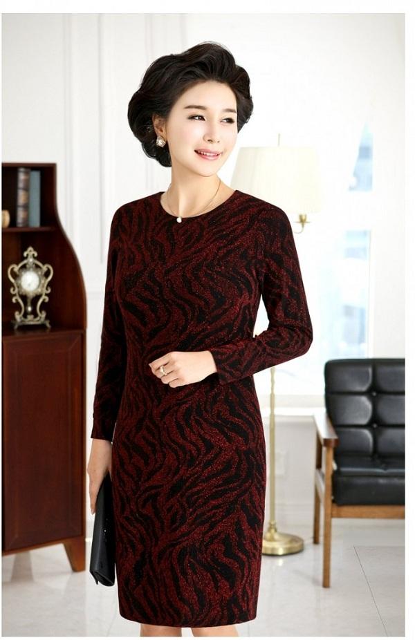 Đầm nhung liền thân sang trọng cho phụ nữ tuổi trung niên.