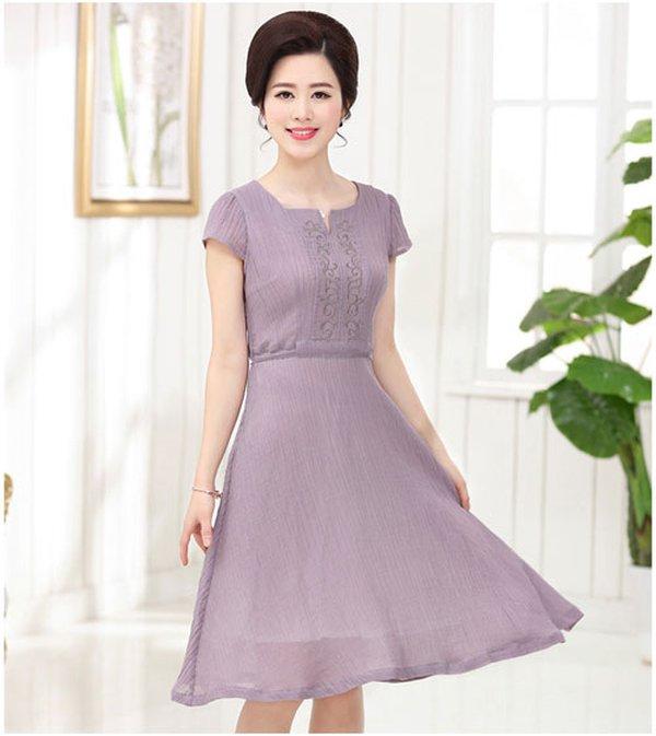 Kiểu đầm ren dài tay dáng suông thanh lịch cho quý cô trở nên xinh đẹp hơn